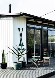 Real Living's style contributor Simone Haag moved away from the typical beach house style when designing her beachside weekender. Check it out! Beach Cottage Style, Beach House Decor, Coastal Style, Tiny Beach House, Surf House, Surf Shack, Beach Shack, Coastal Living Rooms, Coastal Homes