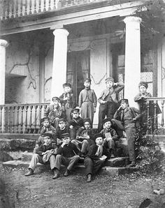 Gruppebillede. Elever fra Frode Fredegod Giersings realskole, oprettet i 1866 i Søndergade 5. Det første hold var på 5 elever.