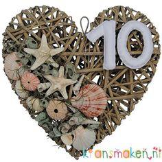 Huisnummer hart met schelpen en vilten huisnummer. De onderdelen vind je op de website van kransmaken.
