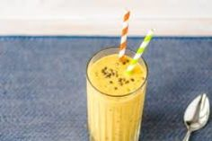 Healthy Smoothies Recipe These tasty smoothies can beat bloat, help you lose weight, and keep hunger pangs in check. - These tasty smoothies can beat bloat, help you lose weight, and keep hunger pangs in check. Protein Smoothies, Chia Seed Smoothie, Raspberry Smoothie, Yummy Smoothies, Juice Smoothie, Orange Smoothie, Oatmeal Smoothies, Weight Watchers Smoothies, Weight Loss Smoothie Recipes