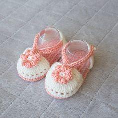 Häkeln Sie Baby Sandalen, Baby Mädchen Sandalen, Babyschuhe Mädchen, Mädchen Schuhe, Baby Mädchen Sandalen, Sommer-Baby-Schuhe, Baby Badeschuhe, Frühling Schuhe. Diese liebenswert, doppelte Sohle Mädchen Sandalen sind die perfekte Ergänzung zu Ihrem kleinen jemandes Kleiderschrank. Jedes Paar ist Hand häkeln mit vielen schönen Details. Mit Acryl und Baumwolle Garn gemacht. Perlmutt Knöpfe für den Gurt Seite, so dass sie auf Babys Füße bleiben können. Diese Mädchen-Sandalen sind in…