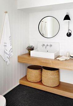 Baño blanco con muebles de madera