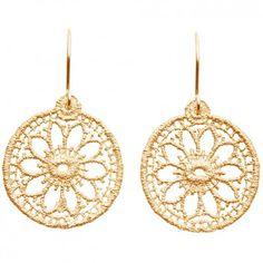 """Die Ohrhänger """"Arabian"""" aus goldplattiertem Sterlingsilber sind extravagante Besonderheit, die deinen eleganten, individuellen Style herrlich unterstützt. Die edlen Ohrhänger wurden feiner Spitze nachempfunden."""