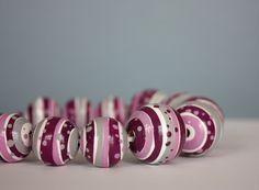 Dřevěné malované koláčkové korále 17 pečlivě malovaných dřevěných korálků, navlečených na 53 cm dlouhé kůži se zapínáním na karabinku s možností prodloužení o adjustační řetízek. Průměr největších korálků je 2,5 cm. Jsou několikrát přelakovány, přesto nedoporučuji styk s vodou. Smell Good, Vivid Colors, Author, Handmade, Jewelry, Hand Made, Jewlery, Jewerly, Schmuck