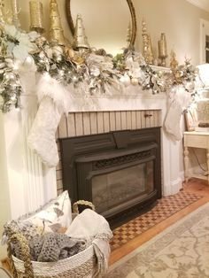Vintage glam Christmas decor Source by ilovemojo Vintage Glam, Christmas Fireplace Mantels, Noel Christmas, White Christmas, Victorian Christmas, Vintage Christmas, Christmas Ornaments, Do It Yourself Inspiration, Gold Christmas Decorations