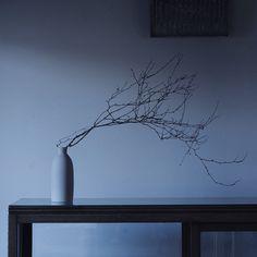 フローリストの谷匡子さんに生けていただいた時の床の間の風景(花器はアメリカの作家 リリスロケット Lilith Rockettのもの)
