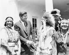 estuvo muy poco de presidente,fue asesinado,muy pronto,pero en ese corto periodo ,se acordo de los NATIVOS AMERICANOS,KENNEDY,junto a ellos en esta fotografia