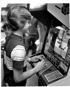 Looking at the screen this looks like it was the arcade game DIG DUG! I was slightly obsessed with this game for a few months back in the day! Best Spotify Playlists, Video Game Music, Modern Games, Classic Video Games, Ready Player One, Arcade Machine, Gaming Memes, Great Videos, Best Songs