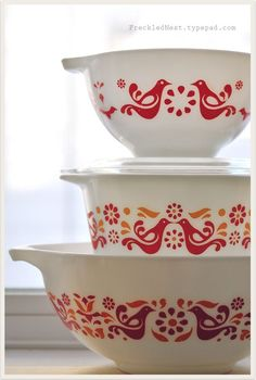 Vintage pyrex, it's called 'Friendship' and it features colourful red birds and orange motifs. Vintage Pyrex Dishes, Vintage Kitchenware, Vintage Bowls, Vintage Glassware, Vintage Tins, Vintage Design, Vintage Decor, 1950s Decor, Tapas