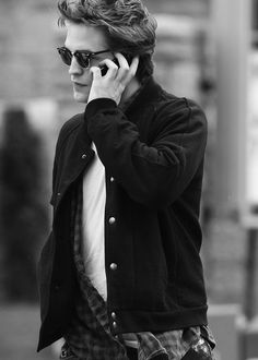 What's my favorite Robert candid? Twilight Saga Series, Twilight Edward, Edward Bella, Twilight Movie, Twilight Poster, Vampire Twilight, Edward Cullen Robert Pattinson, Robert Pattinson Twilight, Robert Douglas