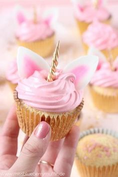 Zauberhafte Einhorn Cupcakes mit Marshmallow-Creme // Cute Unicorn Cupcakes with Seven Minute Frosting <3