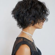 24 Different Shag Haircut Ideas To Beautify Any Texture Shag haircut is one of the most versatile and flexible cuts nowadays. Want to upgrade your cut? Let our shag ideas inspire you: check them all! Lightweight Shag Cut For Thick Curly Bob Fine Curly Hair, Short Thin Hair, Curly Hair Cuts, Short Hair Cuts, Curly Hair Styles, Short Curly Bob, Curly Shag Haircut, Haircuts For Curly Hair, Short Bob Hairstyles