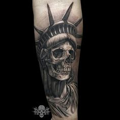 What does statue of liberty tattoo mean? We have statue of liberty tattoo ideas, designs, symbolism and we explain the meaning behind the tattoo. Skull Sleeve Tattoos, Head Tattoos, Life Tattoos, Tatoos, Tattoo Tod, Death Tattoo, Statue Of Liberty Tattoo, Liberty Statue, Design Tattoo