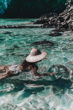 Travel | Swimming | Sea | Straw hat | Bathing suit | More on Fashionchick.nl