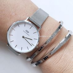 Have a look at this magnificent photo - what an artistic style and design Daniel Wellington Classic Petite, Daniel Wellington Watch, Elegant Watches, Beautiful Watches, Stylish Watches For Girls, Black And Gold Watch, Swiss Army Watches, Girls Jewelry, Rose Gold Jewelry