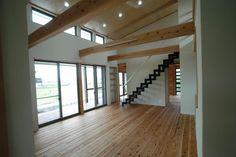 傾斜天井と梁のあるリビング(宮崎市K邸) - リビングダイニング事例|SUVACO(スバコ)