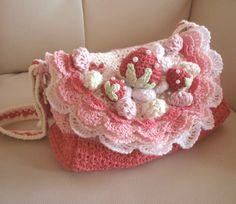 かぎ編み いちごのショートケーキ 通園バッグの作り方|編み物|編み物・手芸・ソーイング|アトリエ|手芸レシピ16,000件!みんなで作る手芸やハンドメイド作品、雑貨の作り方ポータル Bag Crochet, Crochet Wool, Crochet Girls, Crochet Purses, Crochet Stitches, Crochet Flower Patterns, Crochet Flowers, Hello Kitty Crochet, Crochet Videos