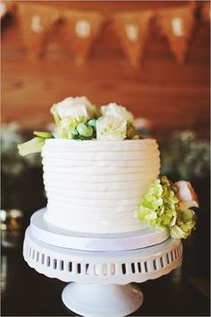 Simple white cake with floral topper. Cake Design: Alessi Bakery ---> http://www.weddingchicks.com/2014/05/14/soft-southern-vintage-wedding/