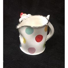 Pot à eau en faïence blanche et son lutin.