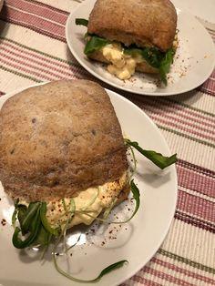 Tupun tupa: Sämpylä munasalaatti täytteellä Salmon Burgers, Sandwiches, Ethnic Recipes, Food, Salmon Patties, Essen, Paninis, Yemek, Meals