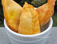 There are many variations of empanadas in Colombia and Latin America, depending on the region, and even the family. My mom has a delicious chicken empanadas Chicken Empanadas, Empanadas Recipe, Snack Recipes, Cooking Recipes, Snacks, Columbian Recipes, Pollo Chicken, Colombian Food, Latin Food