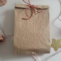 Dans la Box Pluie d Etoileschaque création est uniqueréalisée a la main et empaquetée avec amour et grand soin. Vous pouvez vous offrir la box pour 49euros (frais) et en conserver jalousement tout le contenu ou offrir chaque création en cadeau....en disseminant les étoiles ! Alorsqui craque ? #box #boxdecreatrices #creativbox #creations #faitmain #boxpluiedetoiles #littlebonheursbox #bonheur #happyness #etoiles #stars #cadeau #gift #christmasgift #christmas #cadeaudenoel #noel by…