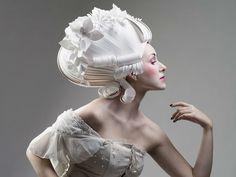Artista russa cria perucas, vestidos e acessórios em papel