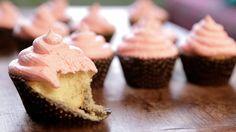 """Isadora Becker ensina a fazer o incrível e famoso cupcake rosa """"envenenado"""" com vodca da quarta temporada de American Horror Story."""