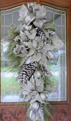 Rattan Christmas Decorations Elegant Front Door Holiday Basket Related To Nutcrackers Hausgemachtes Holz Silver Christmas Decorations, Christmas Door Wreaths, Small Christmas Trees, Christmas Swags, Christmas Centerpieces, Holiday Wreaths, Christmas Crafts, Christmas Ornaments, Christmas Poinsettia