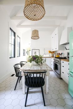 Fantastic modern kitchen room are readily available on our website. look at this and you wont be sorry you did. Modern Farmhouse Interiors, Modern Farmhouse Design, Farmhouse Style Kitchen, Modern Farmhouse Kitchens, Home Decor Kitchen, Interior Design Kitchen, Home Kitchens, Kitchen Ideas, Kitchen Modern