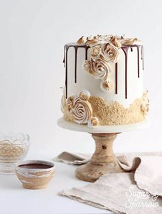 This s'mores cake recipe is the closest thing to the real deal: graham cracker cake, toasted marshmallow buttercream and melty milk chocolate ganache Marshmallow Buttercream, Toasted Marshmallow, Marshmallow Smores, Caramel Buttercream, Buttercream Recipe, Gateau Iga, Food Cakes, Cupcake Cakes, Bakery Cakes
