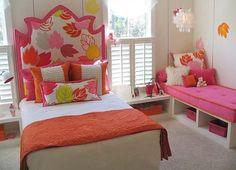 Apesar de não ser muito Lolita, adorei a combinação laranja com rosa e as folhas. O sofázinho no canto pra relaxar também é uma boa sacada.