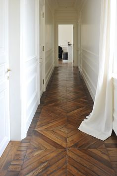 white paneled walls and old wooden flooring. corridoio con bianca e parquet originale Schöner holzflur Elegant paneling. Style At Home, Future House, My House, Floor Patterns, Henna Patterns, Doll Patterns, Home Fashion, My Dream Home, Interior And Exterior