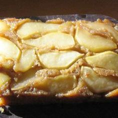 This upside-down cake is simple to make and tastes delicious. A caramel sauce is topped with pears and a light sponge mixture, before being baked. Invert, slice and serve with ice cream or cream. Pear Cake Recipes Uk, Apple Sponge Cake, Fondant Au Caramel, Pear Upside Down Cake, Caramel Pears, Sweet Cooking, Just Bake, Baking Recipes, Baking Ideas