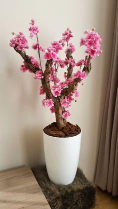 Met de hand gemaakt roze bloesemboom. Zijden bloesems en een gedroogde tak voor een echte look.
