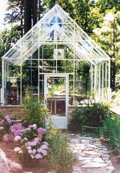 Beautiful garden, beautiful greenhouse. - http://garden-greenhouse.se