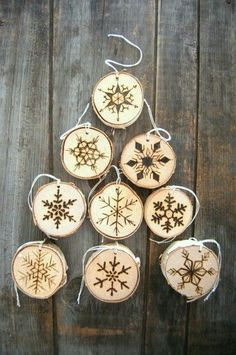 Wood Slice Christmas Ornaments - DIY from your own Christmas Tree! - Preservation Solutions - - Wood Slice Christmas Ornaments - DIY from your own Christmas Tree! Christmas Wood, Diy Christmas Ornaments, Homemade Christmas, Christmas Projects, Christmas Holidays, Christmas Trees, Diy Christmas Tree Decorations, Christmas Design, Christmas Stuff