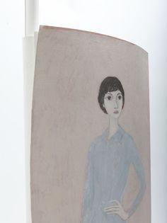 """L' opera di Marco Demis, può essere definita """"novantiqua"""", ossia contemporanea nei temi e nelle suggestioni, avendo tuttavia un rapporto di continuità con il passato, in particolare con la linea italiana, con il ritratto ideale, basato sul disegno che passa attraverso autori quali Botticelli e Modigliani."""