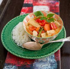 gaeng ped, skip the chicken and the recipe is perfect and vegan Massaman Curry, Thai Curry, Wok, Baking Recipes, Serving Bowls, Watermelon, Dinner Recipes, Dinner Ideas, Veggies