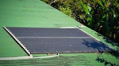 sandwiched corrugated roofing with pvc grid - DIY solar hot water heater. Solar Energy Panels, Best Solar Panels, Solar Energy System, Photovoltaic Cells, Solar House, Water Heating, Diy Solar, Corrugated Roofing, Grid