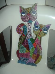 Gatos puntill. Hippie Painting, Dot Painting, Pintura Hippie, Wood Cat, Arte Country, Cat Colors, Pointillism, Cat Pattern, Mosaic Patterns