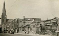 Arnhem: De Steenstraat in Arnhem in 1945, kort na de capitulatie van Duitsland. Een kolonne van het Canadese leger rijdt richting stad.