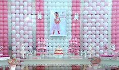 It is a first birthday backdrop #MadeWithBalloons™ in balloon frames with square grids like Gridz and REAL GRIDZ™. The original photo was posted by Aquarela Baloes Elaine Correa.