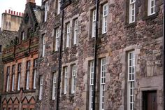 The Royal Mile: medieval area of the town linking the Holyrood Palace to the Edinburgh Castle.
