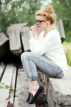 Acid washed jeans | Amparo Fochs Casual look. Messy bun. Nerd glasses.