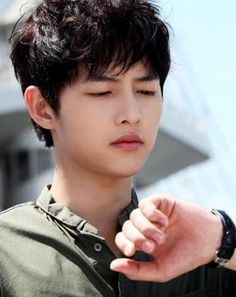 It seems like Ma Ru can't stop checking his watch. The worst thing is, he was waiting for Jae Hee that time -_- Song Joong Ki Birthday, Soon Joong Ki, Descendents Of The Sun, Sun Song, Sungkyunkwan Scandal, Innocent Man, Hallyu Star, Song Play, Actor