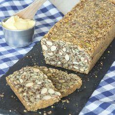Lättgjord limpa fullproppad med nyttiga fröer, nötter och mandlar utan en endaste gnutta mjöl.
