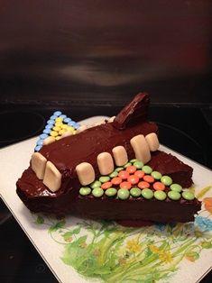 Gâteau d'anniversaire en forme d'avion et au chocolat et smarties.