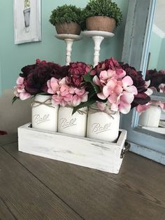 Mason Jar Crafts – How To Chalk Paint Your Mason Jars - Armonth Mason Jar Projects, Mason Jar Crafts, Mason Jar Diy, Chalk Paint Mason Jars, Painted Mason Jars, Diy Home Decor Projects, Diy Projects To Try, Craft Projects, Diy Hanging Shelves