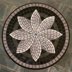 Mesa com mosaico de pastilhas de vidro sobre tampo de MDF e pé de madeira Amapá. Diâmetro: 45cm Altura: 73cm Pode ser encomendada em outra cor/tamanho/desenho. Ideal para uso em ambientes internos.